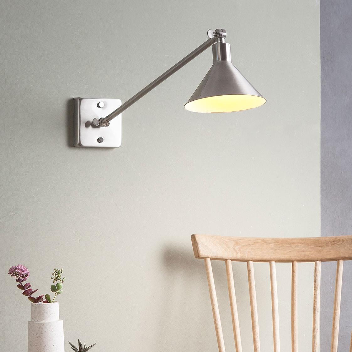 leuchte mit ausleger arm und zwei gelenken zur wand und. Black Bedroom Furniture Sets. Home Design Ideas