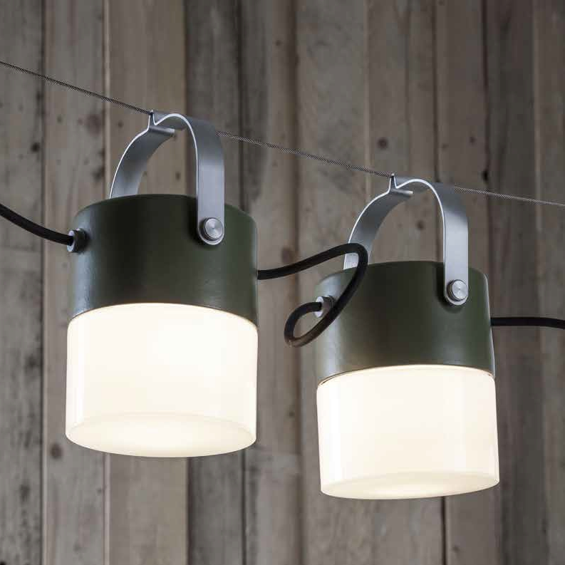 beleuchtungsystem f r innen und au en mit mehreren kleinen pendelleuchten. Black Bedroom Furniture Sets. Home Design Ideas