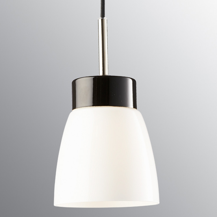 elegante pendelleuchte bestehend aus einem glasschirm an einer keramikhalterung. Black Bedroom Furniture Sets. Home Design Ideas