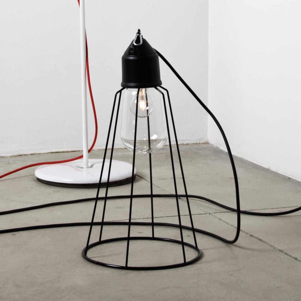 aparte leuchte mit glassturz und gitterschirm im stil einer alten fabriklampe. Black Bedroom Furniture Sets. Home Design Ideas