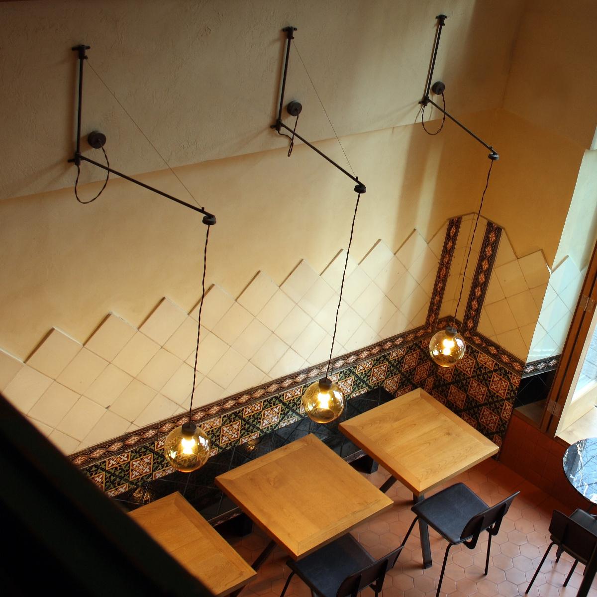 tiefe wandleuchte mit kugelglasschirm zur raumbeleuchtung und als tischleuchte. Black Bedroom Furniture Sets. Home Design Ideas