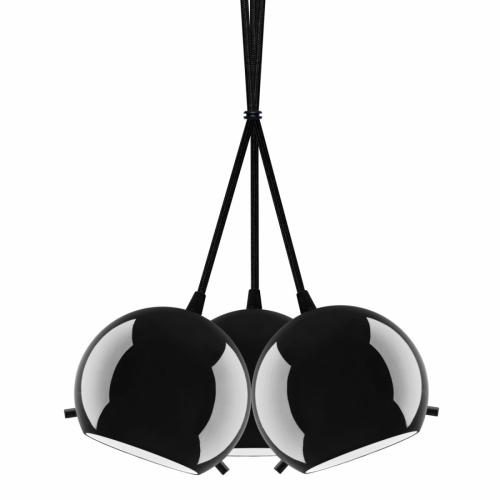 Dreiflammige Pendelleuchte mit schwarz glänzenden Glasschirmen an schwarzer Halterung und schwarzem Textilkabel