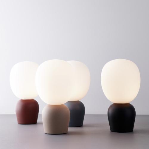 Kleine Tischlampe in sechs verschiedenen Farben