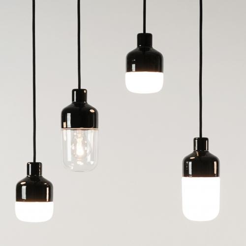 Minimalistische schwarze Keramiklampe mit verschiedenen Schirmgrößen