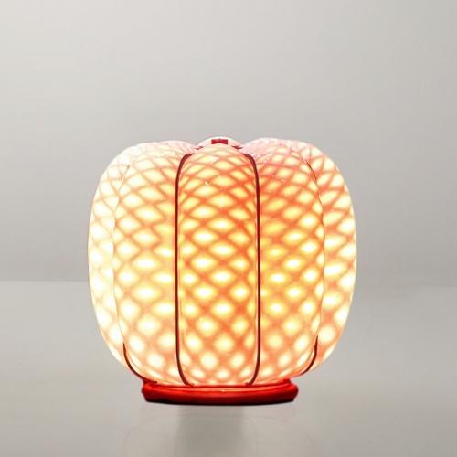 Tischlampe in pastelligem Rot, ausgeschaltet