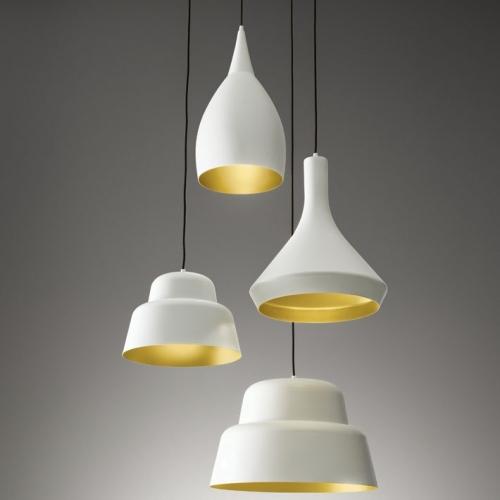 Leuchtenserie mit Schirm in vier verschiedenen Formen, Farbe Weiß matt mit Gold