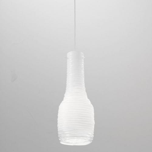 Kleines Modell der Pendelleuchte mit milchweißem Glasschirm