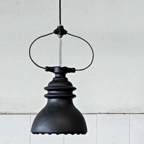 Keramikpendelleuchte in Schwarz matt, Aufhängung an Feder und schwarzem Textilkabel