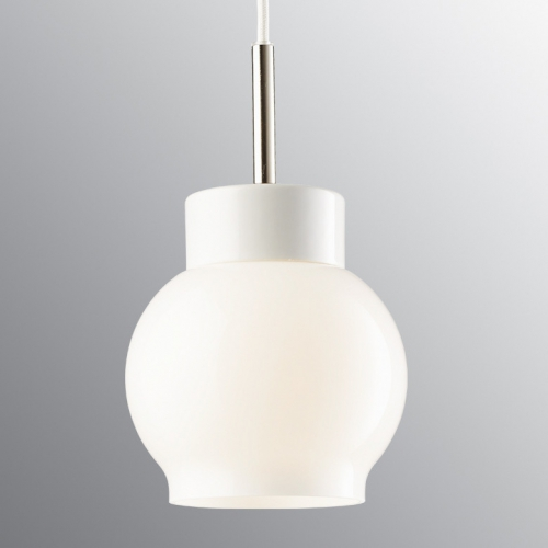 Pendelleuchte mit kugelförmigem Opalglasschirm an weiß glasierter Halterung und weißem Kabel