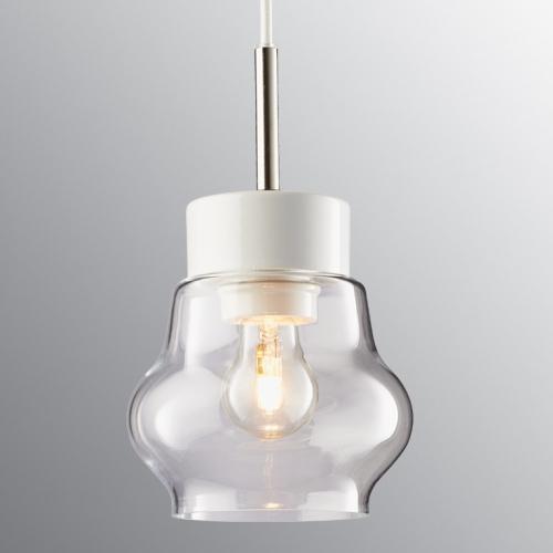 Skandinavische Pendelleuchte Klarglasschirm an weiß glasierter Halterung und weißem Kabel