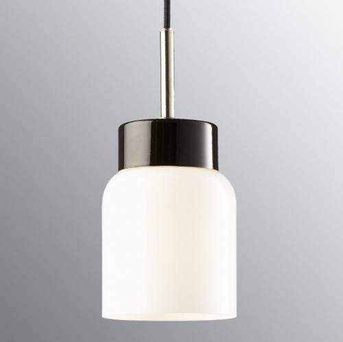 Skandinavische Pendelleuchte schmalem Opalglasschirm an schwarz glasierter Halterung und schwarzem Kabel