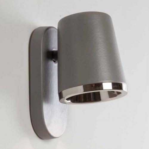 Wandleuchte in grauer Keramik mit Reflektor in Nickel glänzend