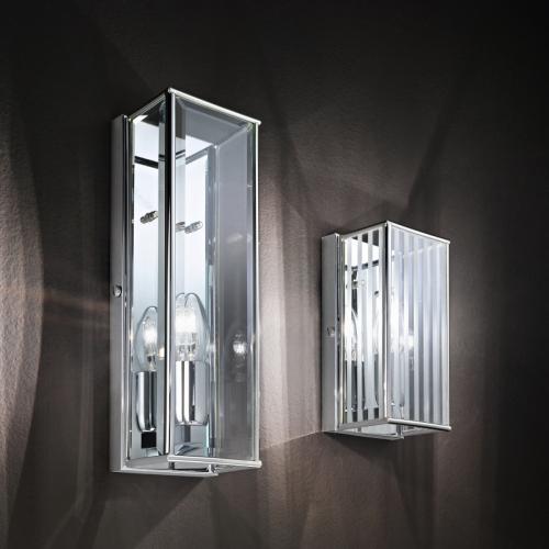 Kleines Modell der Wandleuchte mit linienweise satiniertem Glas, großes Modell in Klarglas, Chrom-Gehäuse