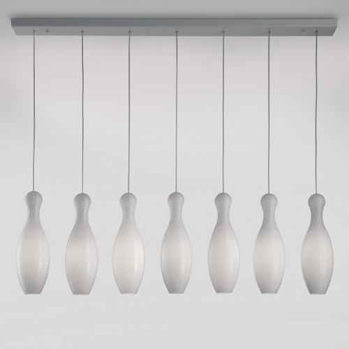 Siebenflammige Tischpendellampe mit milchweißen Schirmen