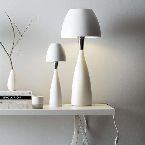 Skandinavische Tischlampe im Farbton Weiß, kleines und großes Modell