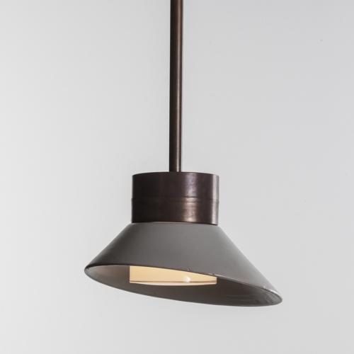 Leuchte mit Stabhalterung in Kupfer patiniert, 30cm-Schirm in Steingrau